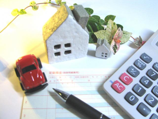 赤い車と家とペン