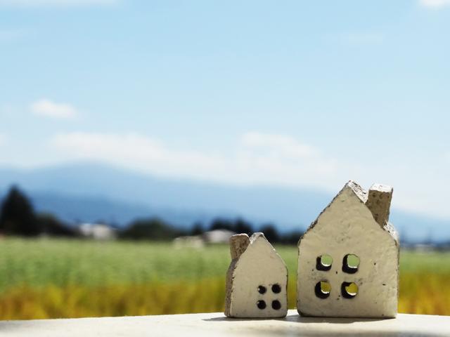 空と二軒の家
