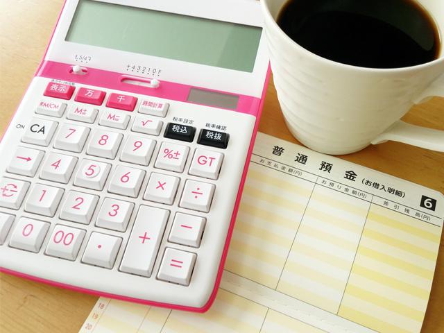 電卓とコーヒー